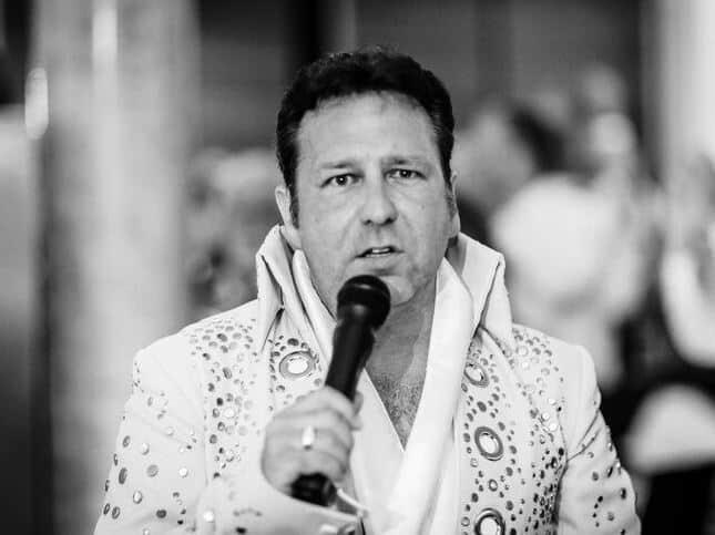 Reiner als Elvis in Schwarz/Weiß